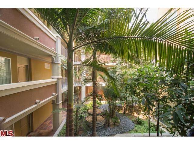 Del Rey Terrace courtyard